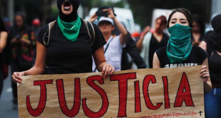 Γυναίκες μπροστά από τη Sagrada Familia στην Βαρκελώνη τραγουδάνε για τις δολοφονημένες