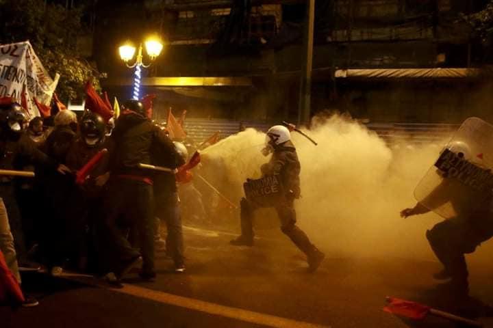 Δολοφονική επίθεση αστυνομικών με μηχανές σε μπλοκ διαδηλωτών