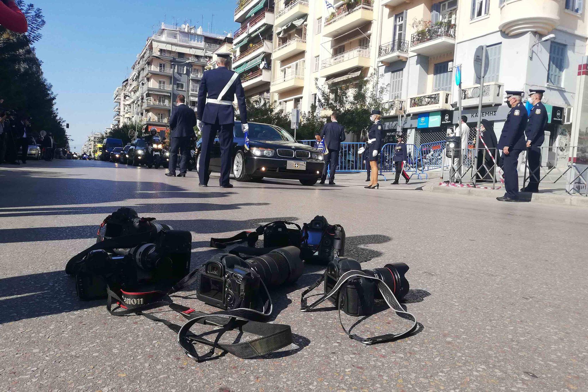 Αποκλεισμός και διαμαρτυρία φωτορεπόρτερ έξω από την εκκλησία του Αγίου Δημητρίου