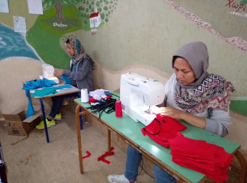 Τέσσερις Αφγανές φτιάχνουν κάθε μέρα 500 μάσκες για τις ευπαθείς ομάδες της Μόριας