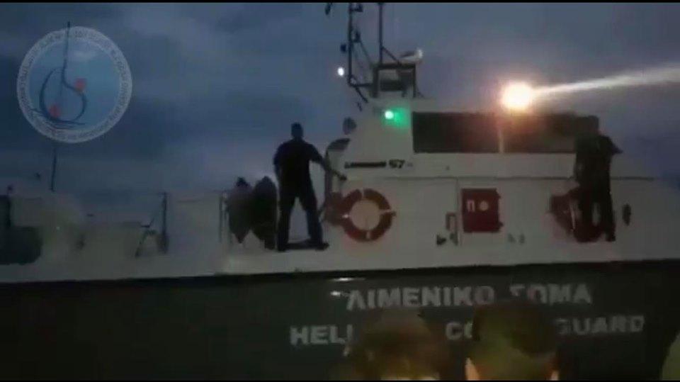 Βίντεο: Το ελληνικό λιμενικό απωθεί βάρκα προσφύγων προς την Τουρκία