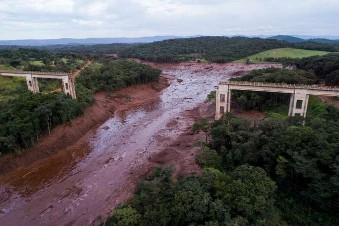 Βραζιλία: Κατάρρευση φράγματος τοξικών αποβλήτων. Λίγες ελπίδες για επιζώντες μεταξύ των αγνοουμένων
