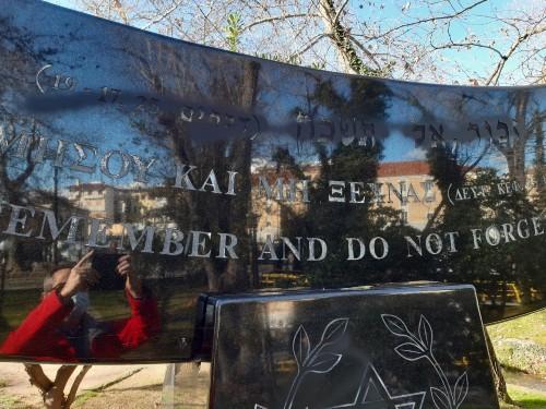 Βεβήλωσαν το Μνημείο του Ολοκαυτώματος και την καπναποθήκη στη Δράμα