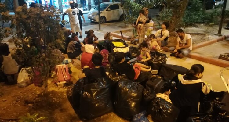 Αδιανόητο: Εγκατέλειψαν στον δρόμο τις οικογένειες προσφύγων από την κατάληψη που εκκενώθηκε