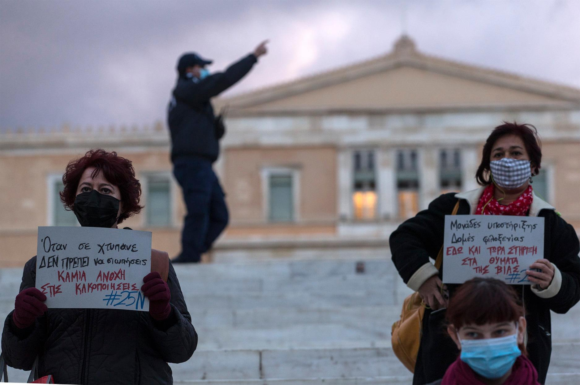 Μια χούφτα γυναίκες στην πλατεία Κουρελιασμένου Συντάγματος. Της Αναστασίας Τσουκαλά