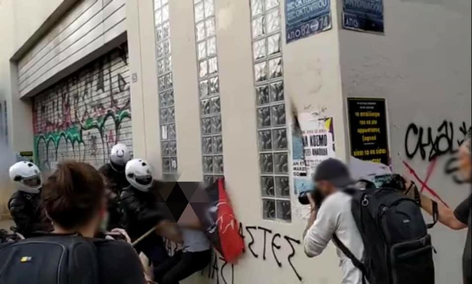 Αστυνομικοί φορτώνουν «πειστήρια» σε προσαχθέντα διαδηλωτή