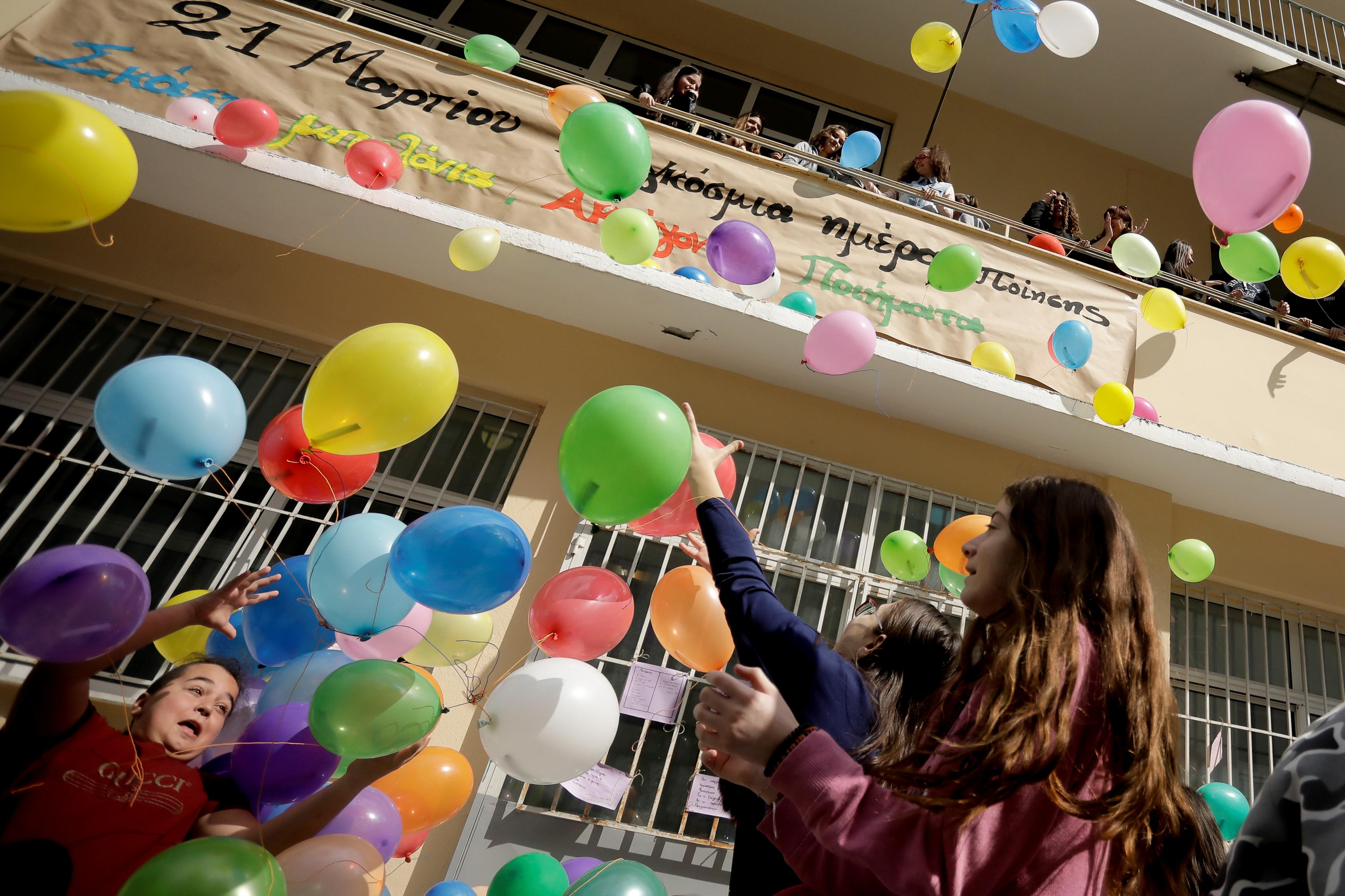 Σκάστε μπαλόνια ακούγονται ποιήματα!